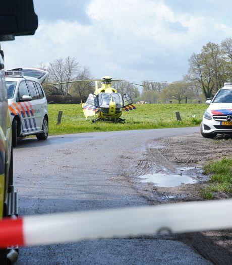 Paard trapt vrouw bij manege in Empe, slachtoffer met helikopter naar ziekenhuis