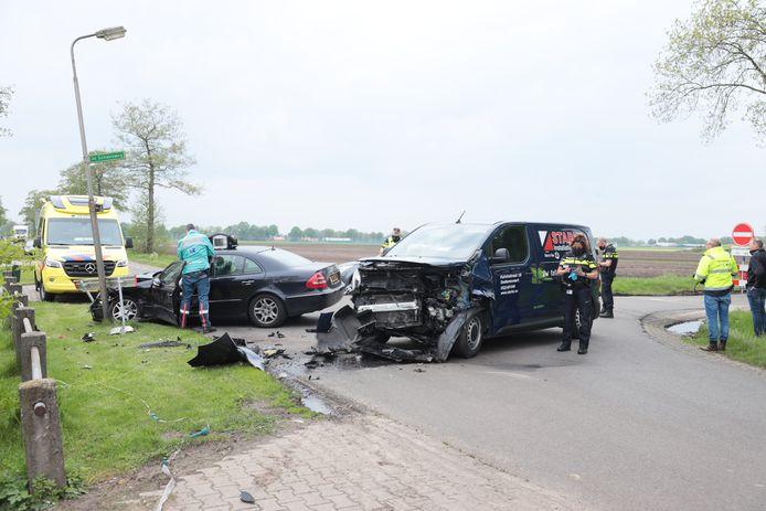 Op de hoek van de Koloniedijk en de 3e Schansweg in Vinkenbuurt is een flink ongeluk gebeurd. Een personenauto en een bestelbusje raakten elkaar. De schade is groot.