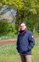 Constant van den Heuvel bij de plek waar in de Tweede Wereldoorlog het 9-jarige meisje Marietje van Ravenswaaij werd doodgeschoten.