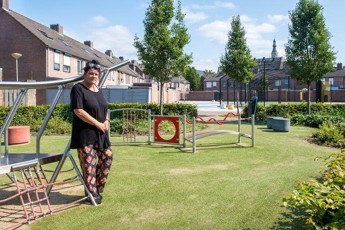 Angeline Grosfeld bij de voetbalkooi bij de Maria van Salmstraat in de wijk Fellenoord.