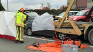 49-jarige vrouw sterft onder geparkeerde vrachtwagen
