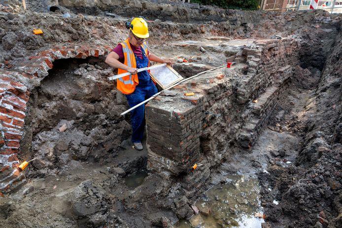 In de Hertogin Johanna van Brabantstraat in de vesting Heusden zijn een gewelf en een oude muur blootgelegd. Adviesbureau Baac onderzoekt de vondsten.