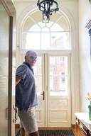 """Bernhard Koole klust al sinds vijf jaar in de voormalige school aan het Lindevoort in Rekken. """"Heerlijk om te doen als je de hele dag op kantoor hebt gezeten."""""""