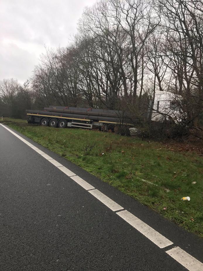 Vrachtwagen in de berm op de A50 bij verbindingslus naar A12.