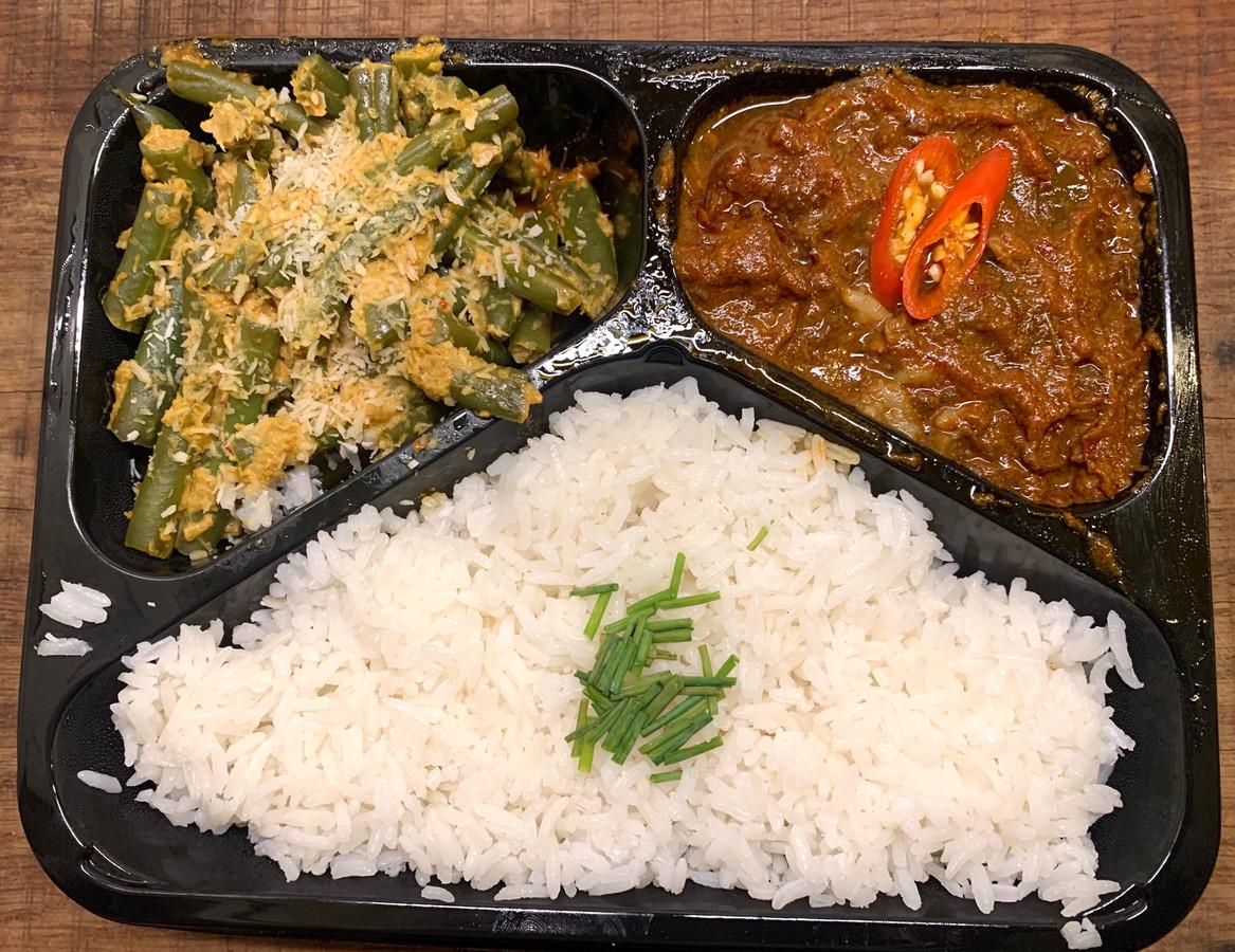 Licht pittige rendang-schotel met knapperige sambal goreng boontjes en witte rijst.