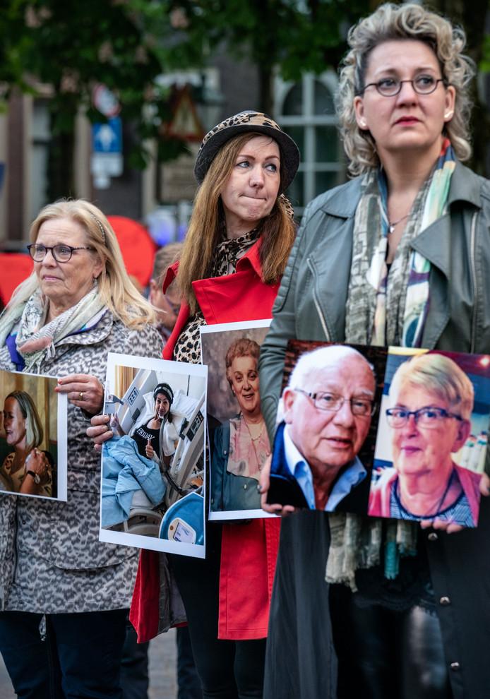 Bep van Geffen (links) en Jolanda Craane (midden) kregen allebei kanker. Beiden zijn inmiddels 'schoon' verklaard.