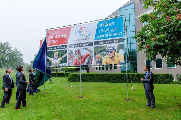 Woensdag werd bij het hoofdgebouw van ZLM Verzekeringen in Goes een groot doek onthuld met daarop de toprenners die meerijden in de Ster ZLM Toer.