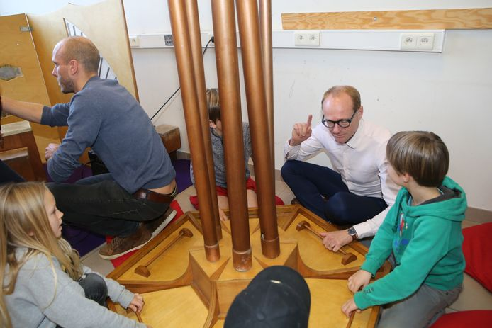 De minister maakte samen met de kinderen gepaste muziek voor de eerder voorgelezen tekst.