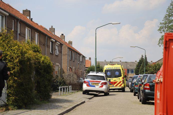 De hulpdiensten ter plaatse bij de woning van het schietincident.