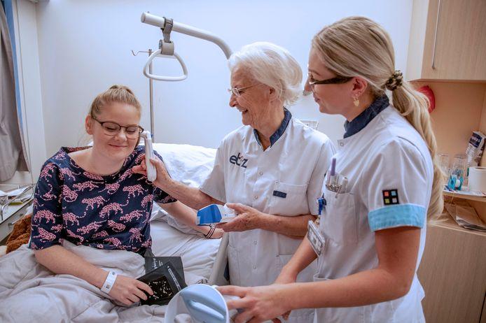 Wiesje van Opstal (80) is een ochtend verpleegkundige bij het ETZ, onder begeleiding van Lisanne Kluijtenaar. Samen temperaturen ze patiënte Irma Begthel.