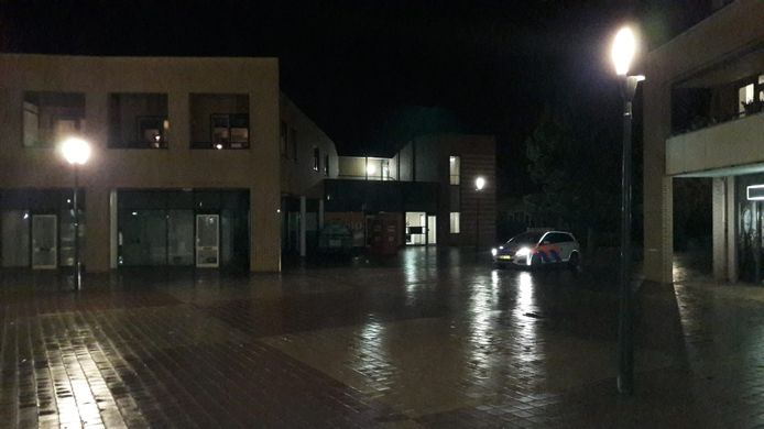 De politie houdt een oogje in het zeil op het Kuperserf na oproepen om hier dinsdagavond na het ingaan van de avondklok te komen rellen.