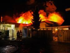 Gerda staat uren buiten in haar pyjama, terwijl de showroom achter haar huis afbrandt: 'Ze mogen nu wel eens koffie komen brengen'