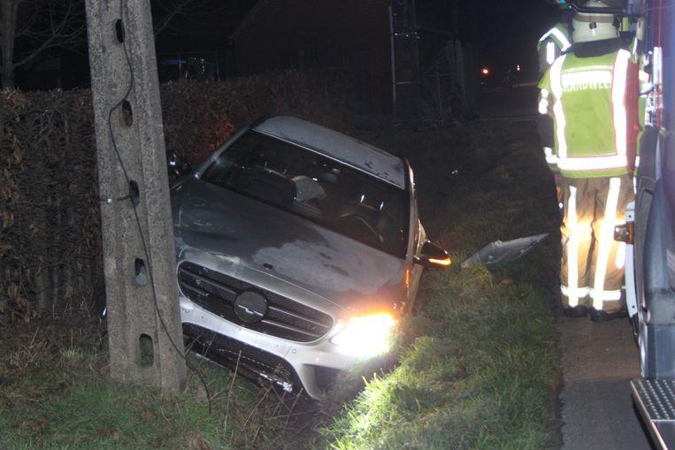 Auto Knalt Tegen Hoogspanningscabine Buurt Zonder Elektriciteit