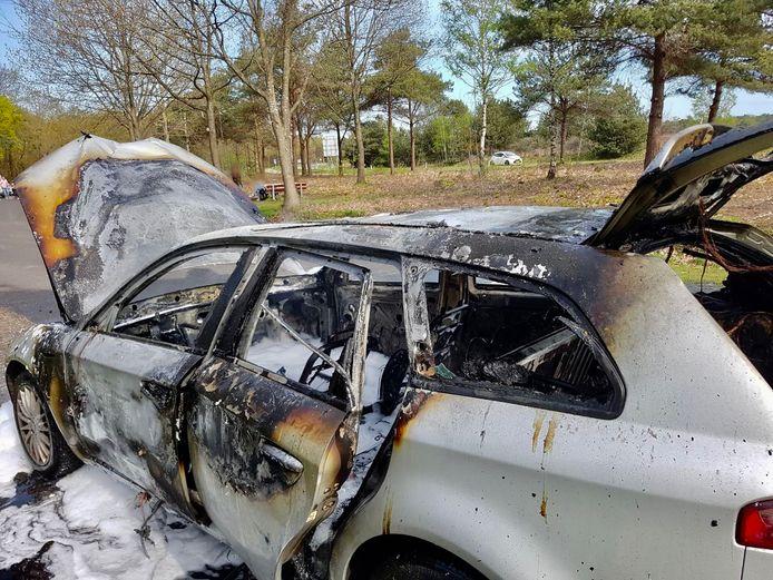De zwaar beschadigde auto na de brand in Bruinehaar.