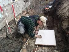 Bijzonder! Oude stadsmuur en toren ontdekt tijdens werkzaamheden aan hemelwaterriool in Vianen