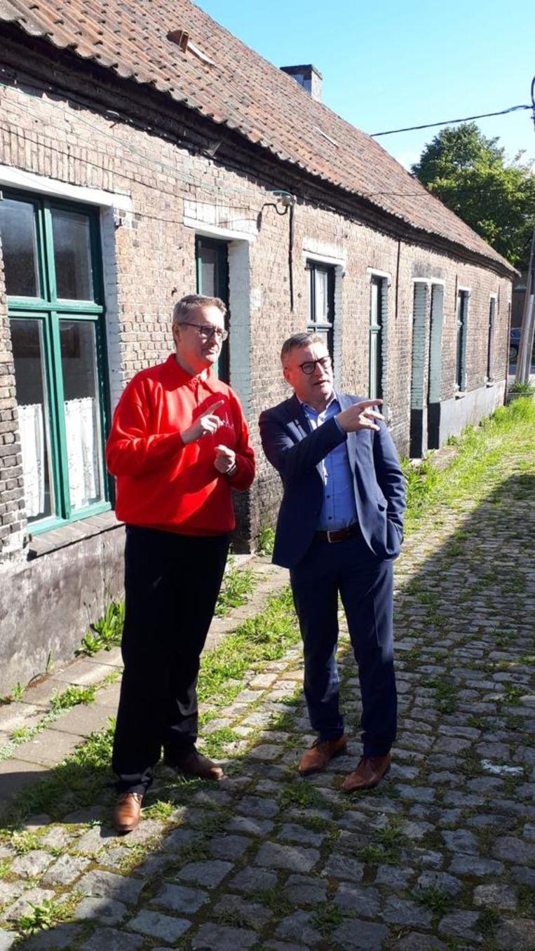 Luk Verbeeck van de vzw Emabb samen met Koen Van den Heuvel (CD&V).