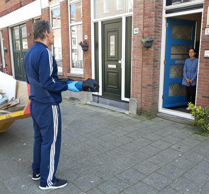 Ilham krijgt een fitnessmat thuisbezorgd door  Arno Tavenier, haar docent lichamelijke opvoeding op het GHK in Rotterdam-Delfshaven.