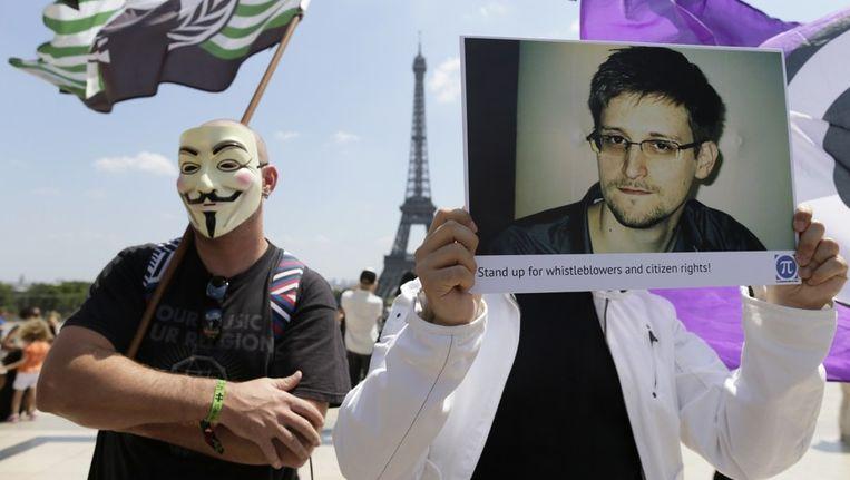 Een demonstrant in Parijs houdt een afbeelding van klokkenluider Edward Snowden vast. Beeld null