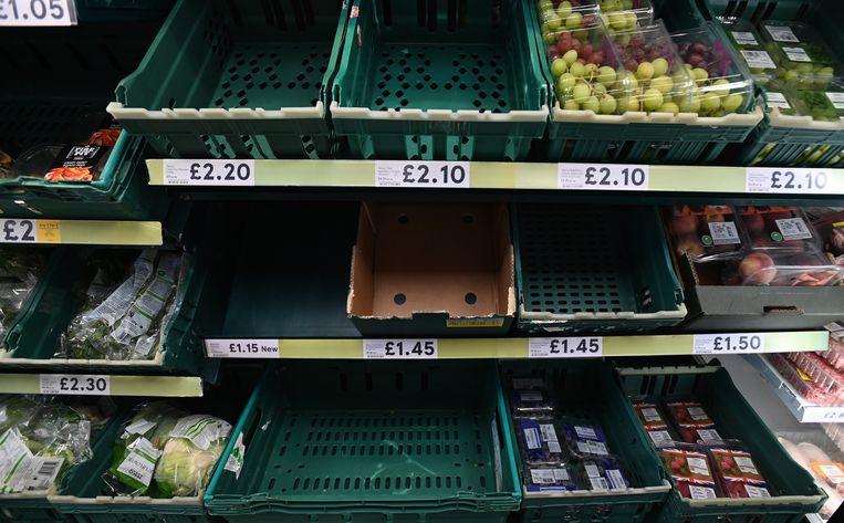 Lege schappen in een Engelse supermarkt. De bevoorrading hapert en veel vakkenvullers zitten in quarantaine. Beeld EPA