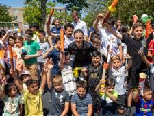Schilderswijk zwaait olympiër Khalid Choukoud uit: 'Net als jullie met niks begonnen'
