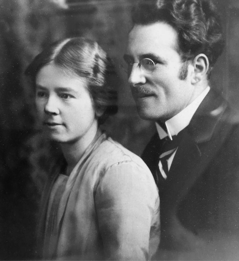 'Verhulst wist zijn minnares aan zijn gezin op te dringen als 'tante Griet'. Er zijn foto's van zijn vrouw Mientje en Griet samen in de voorkamer bij hen thuis.' (Foto: Willem Verhulst met zijn vrouw Mientje.) Beeld