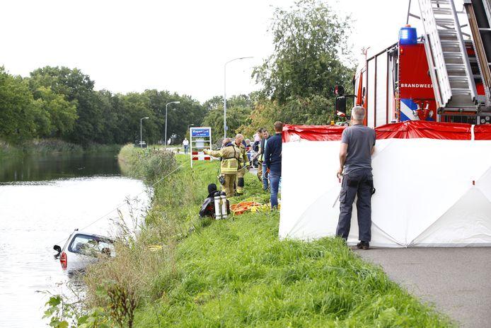 Auto te water in Wapenveld.