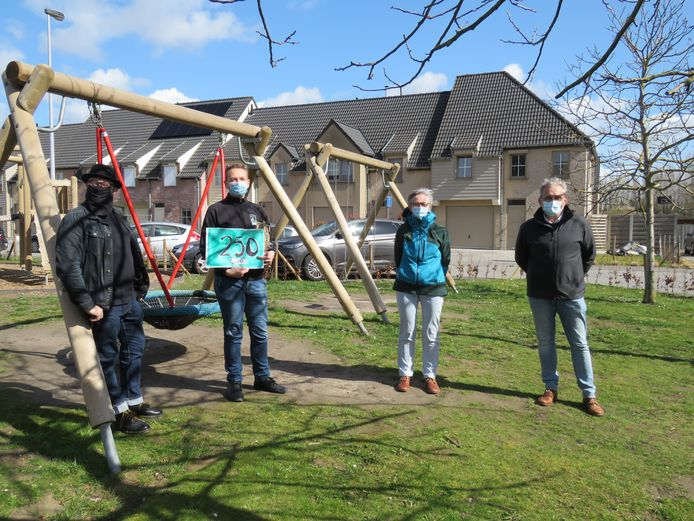 Steven Dewitte, Leen Sercu en Eddy Demeersseman van Groen Roeselare reikten de Groene Pluim uit aan Gene Vangampelaere van Meer Bomen in Roeselare.