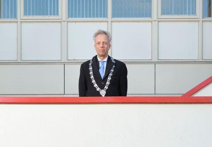 Sjors Fröhlich voor het gemeentehuis in Leerdam.