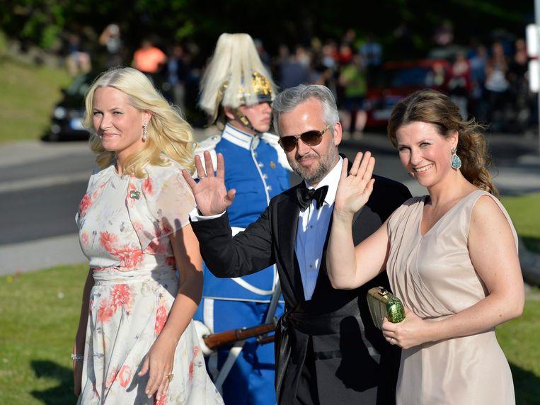 Foto uit 2015: Ari Behn geflankeerd tussen zijn toenmalige echtgenote prinses Märtha Louise (rechts) en prinses Mette-Marit (links), de vrouw van kroonprins Haakon.