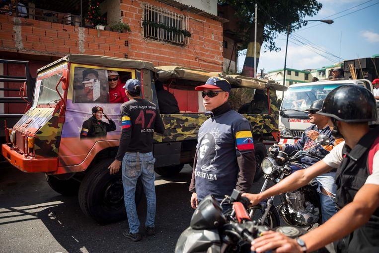 ►Gemotoriseerde aanhangers van Nicolás Maduro voerden maandag in de hoofdstad Caracas actie om de president te steunen. Beeld EPA