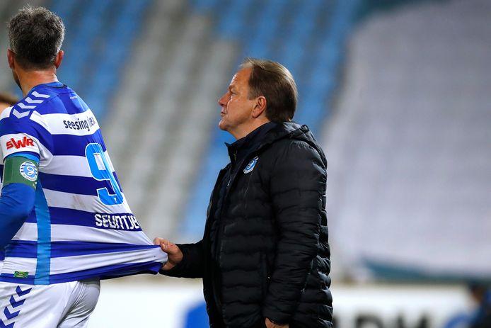 De Graafschap-trainer Mike Snoei (rechts) ziet nog steeds een rol weggelegd voor Ralf Seuntjens.