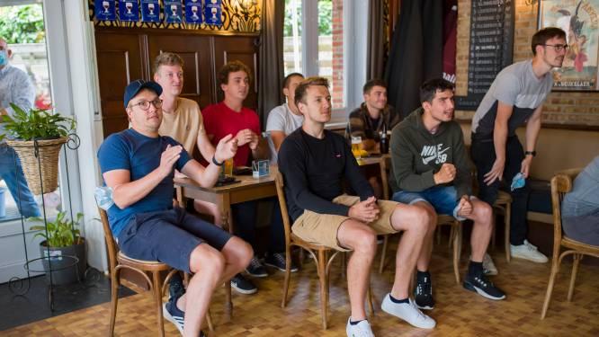 Vrienden en familie Wout van Aert en Remco Evenepoel  supporteren voor hun helden