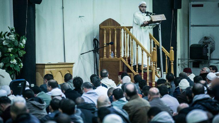 Wekelijks bidden duizenden moslims in de Al Khalil- moskee. 'Ze leunt dicht aan bij het salafisme.' Beeld © bas bogaerts