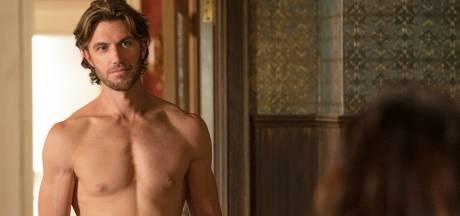 """Le pénis d'Adam Demos dans la célèbre scène de la douche de """"Sex/Life"""" est-il vraiment le sien?"""