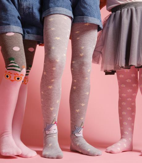 Kleuters showen nieuwe kleding op een stoel: 'Nú al focus op materialisme'