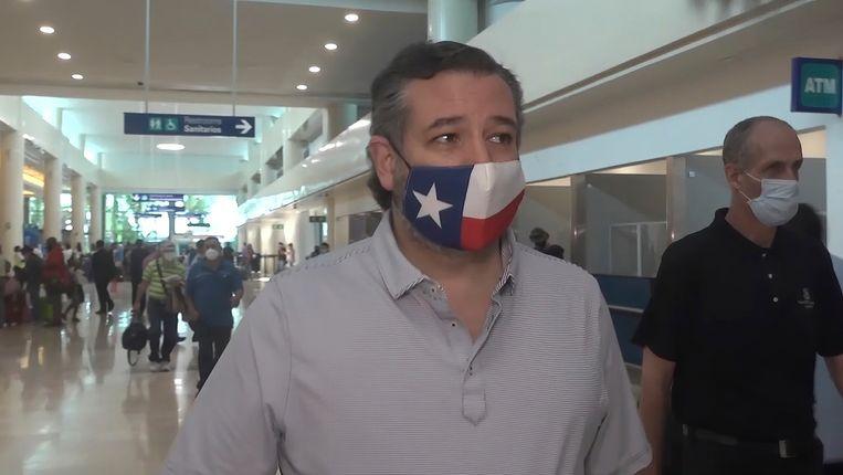 Ted Cruz op het vliegveld op weg naar Cancún Beeld AP