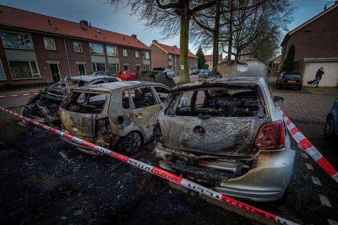 Drie auto's gingen in vlammen opaan de zwanensingel in Wijchen.