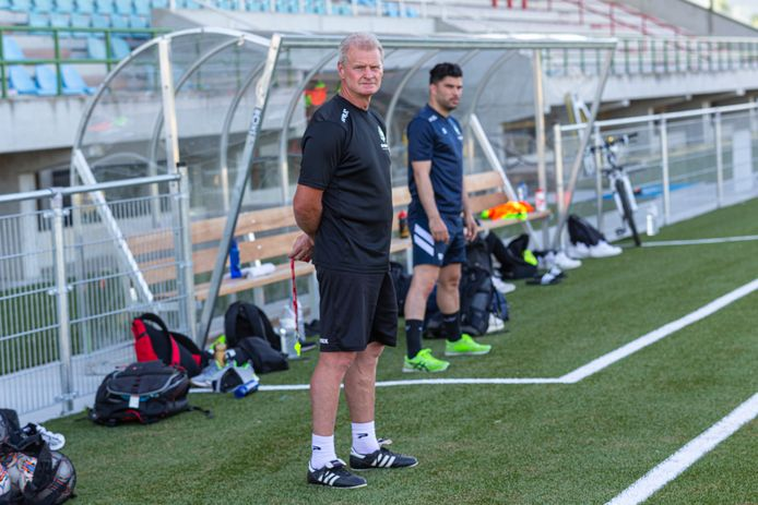 Trainer Pascal Jouret, met op de achtergrond de revaliderende Nicolas De Bruyne, zag ervaren mannen als Laurens Desmaele en Dominique Singeot definitief afhaken.