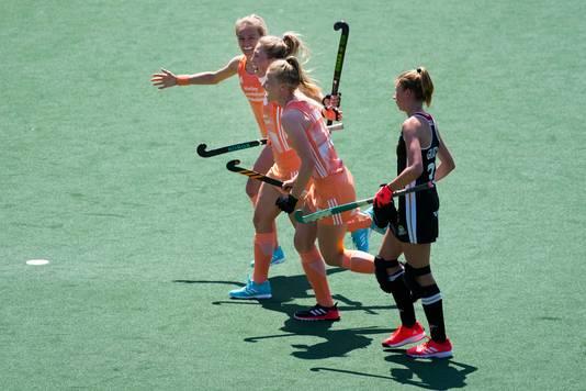 Speelsters van Nederland vieren de 1-0.