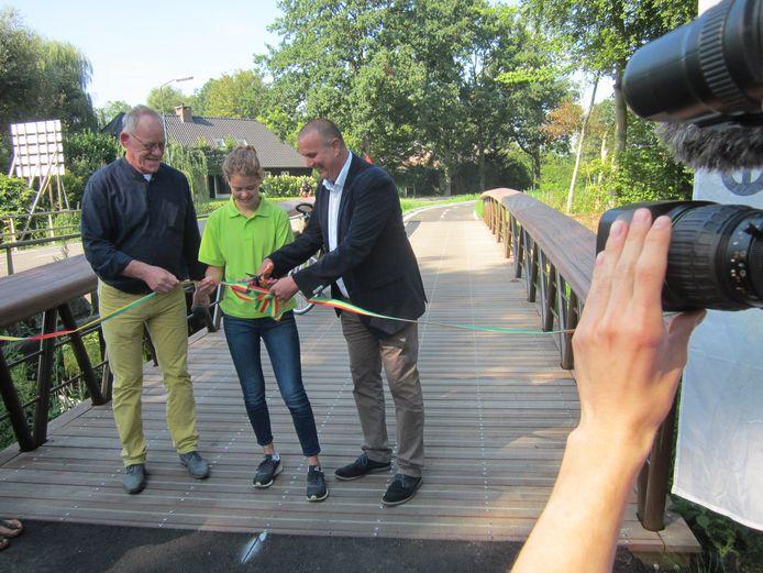September 2018: Peter van de Wouw (Moergestel Fiets- en Wandeldorp), Inge van den Boer en wethouder Dion Dankers openen de nieuwe brug over de Reusel als onderdeel van het fietspad van Moergestel naar Haghorst.