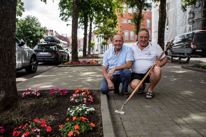 Al dertig jaar zijn Fons (links) en Robert (rechts) buren van elkaar op de Naamsevest in Sint-Truiden, en zorgen ze samen voor een fleurig plein in de straat.