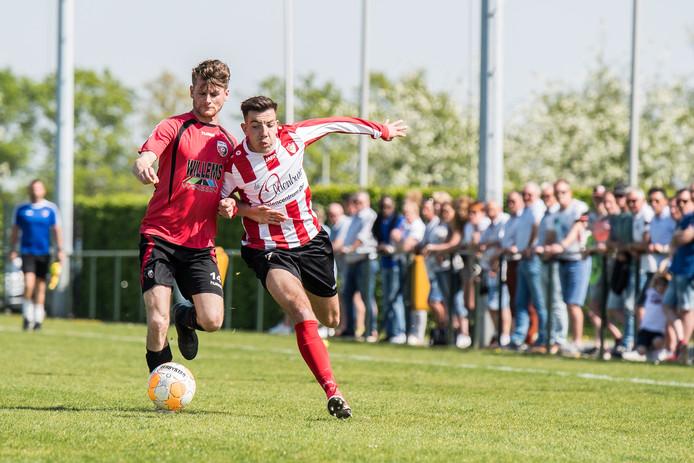 Arnhemse Boys (rood witte shirts) in actie op sportpark De Schuytgraaf.