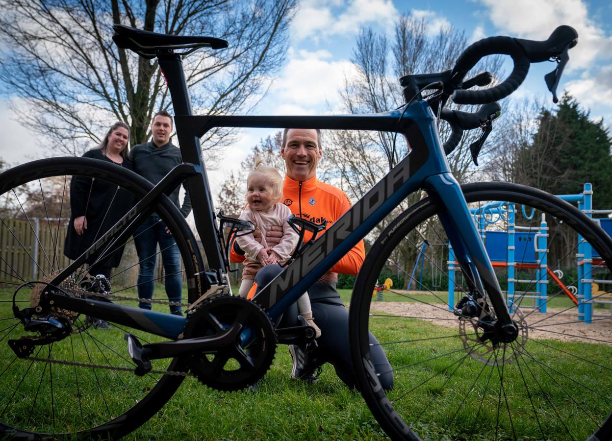 Theo van Moerkerk met kleindochter Vayen. Op de achtergrond Theo's dochter Nicki met haar man Sven.