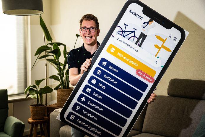 """Bas Rodijk van de Stichting Kinderperspectief toont de Kwikstart app. ,,Veel kwetsbare jongeren zijn ineens op zichzelf aangewezen als ze achttien worden."""""""