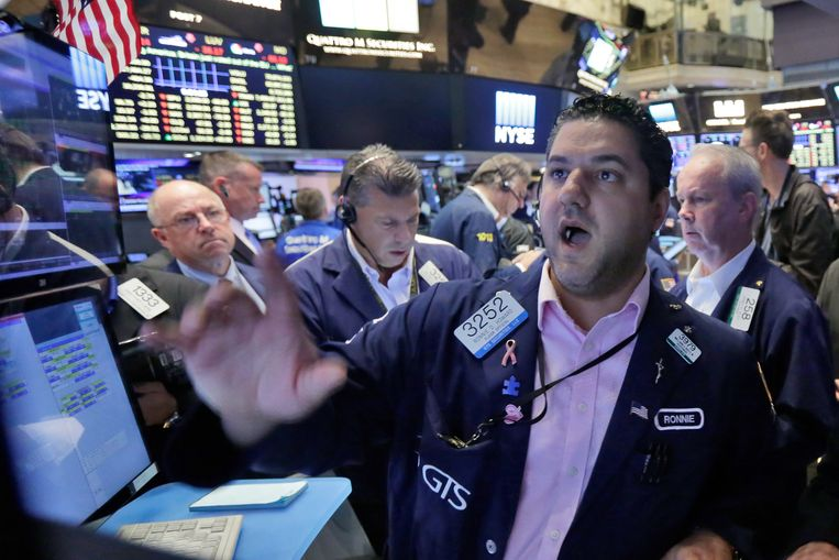 ► Beursmakelaars ondergaan de dagelijkse chaos op Wall Street. Beeld AP