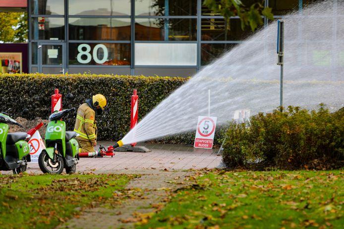 De brandweer heeft een waterkanon ingezet om het gas terug te dringen.