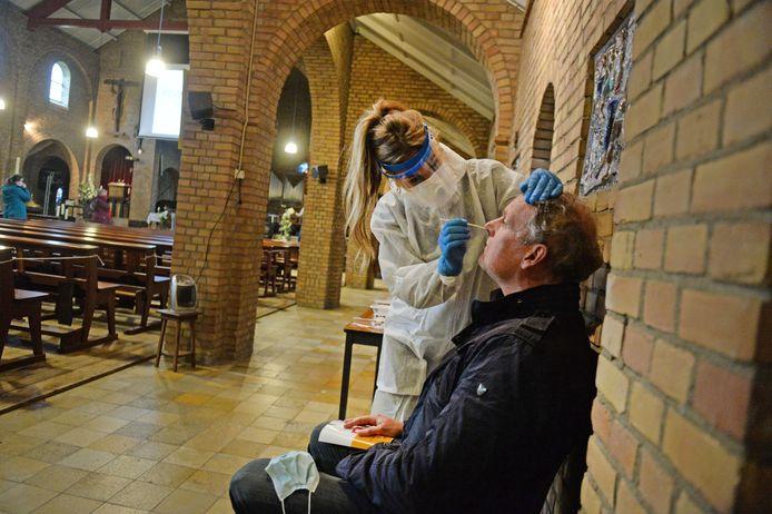 Hein van den Berg laat zich testen in een bijzondere testlocatie: de Onze Lieve Vrouwekerk in Bentelo.