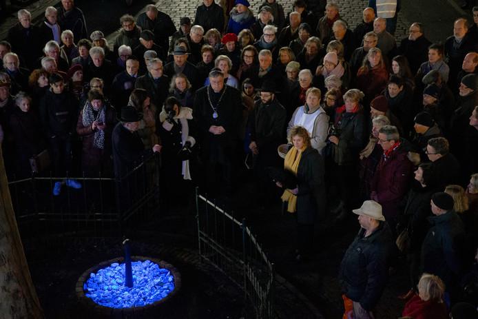 De onhulling van het tijdelijke lichtmonument gisteravond aan de Kitty de Wijzeplaats in Nijmegen om de Holocaust te gedenken.