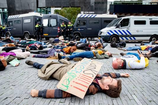 Klimaatactivisten van de actiegroep Extinction Rebellion blokkeerden het gebouw van ABN Amro op de Zuidas.