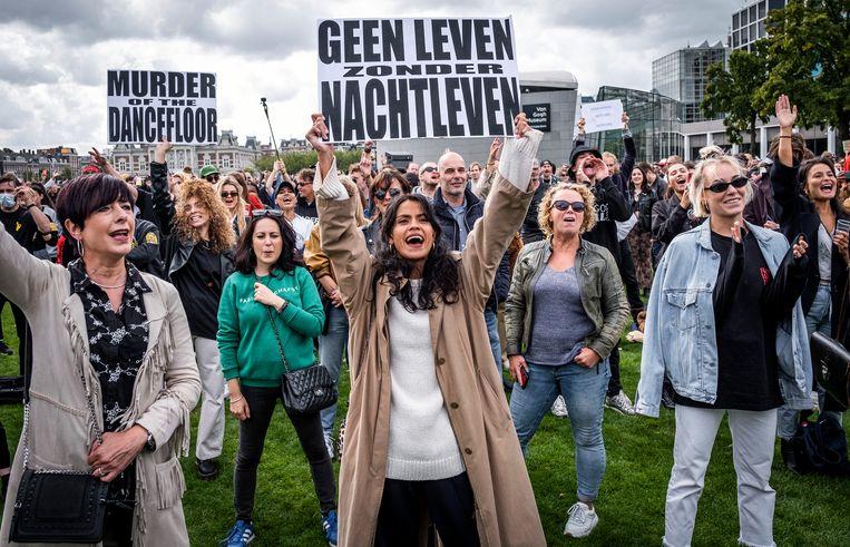 Medewerkers van Amsterdamse nachtclubs voeren actie op het Museumplein tijdens de manifestatie De Nacht Wacht.  Beeld Hollandse Hoogte /  ANP